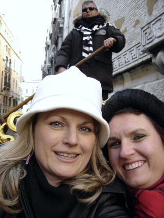 renee-and-paula-with-gondolier-in-venice-italy
